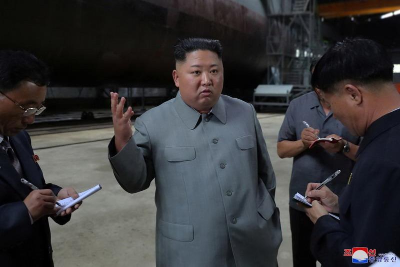 https: img.okeinfo.net content 2019 07 23 18 2082375 kim-jong-un-inspeksi-pembuatan-kapal-selam-isyaratkan-kelanjutan-program-rudal-korut-U0FQvkIBEc.jpg