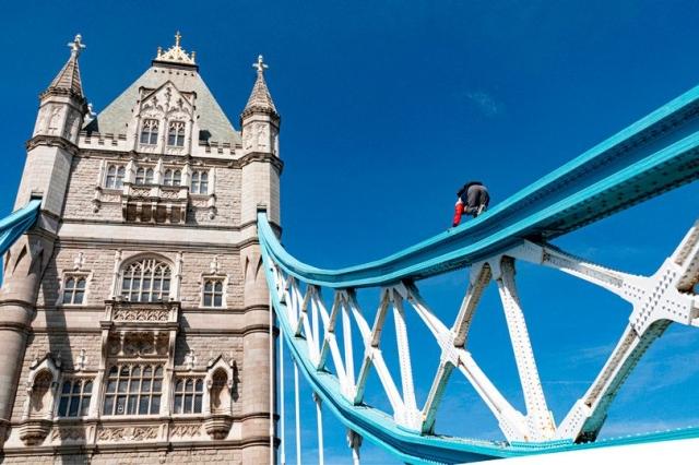 https: img.okeinfo.net content 2019 07 25 18 2083430 ingin-terkenal-seorang-pria-panjat-jembatan-menara-london-ref11LtBUg.jpg