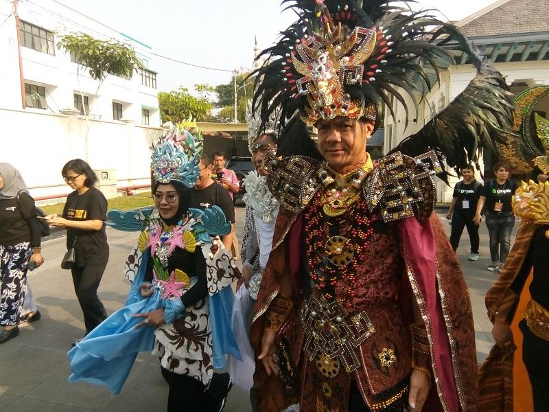 https: img.okeinfo.net content 2019 07 27 194 2084451 warna-warni-asean-di-solo-batik-carnival-penampilan-ganjar-pranowo-curi-perhatian-U91sTvTm3C.jpg