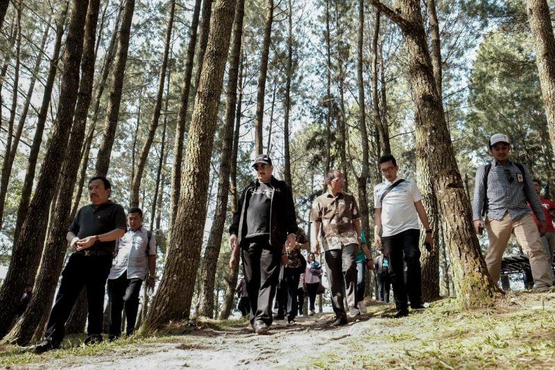 Sesampainya di Bandara Silangit, rombongan langsung bergegas ke Geosite Sipinsur.