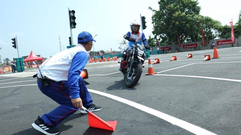 https: img.okeinfo.net content 2019 07 30 53 2085467 ahm-adu-kemampuan-instruktur-safety-riding-ke-13-di-medan-wzdXqZxj7j.jpg