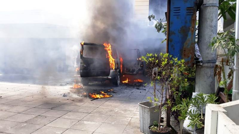 https: img.okeinfo.net content 2019 08 01 519 2086345 mobil-terbakar-dan-meledak-di-depan-gereja-hebohkan-warga-surabaya-bi4PY7hUUH.jpg