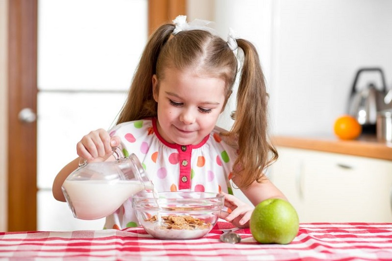 https: img.okeinfo.net content 2019 08 02 481 2086922 anak-tak-suka-minum-susu-begini-trik-mengatasinya-1PvljIpPNd.jpg