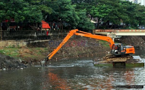 https: img.okeinfo.net content 2019 08 05 338 2087770 pemprov-dki-keruk-sejumlah-kali-cegah-banjir-saat-musim-hujan-xRHOykhmzo.jpg
