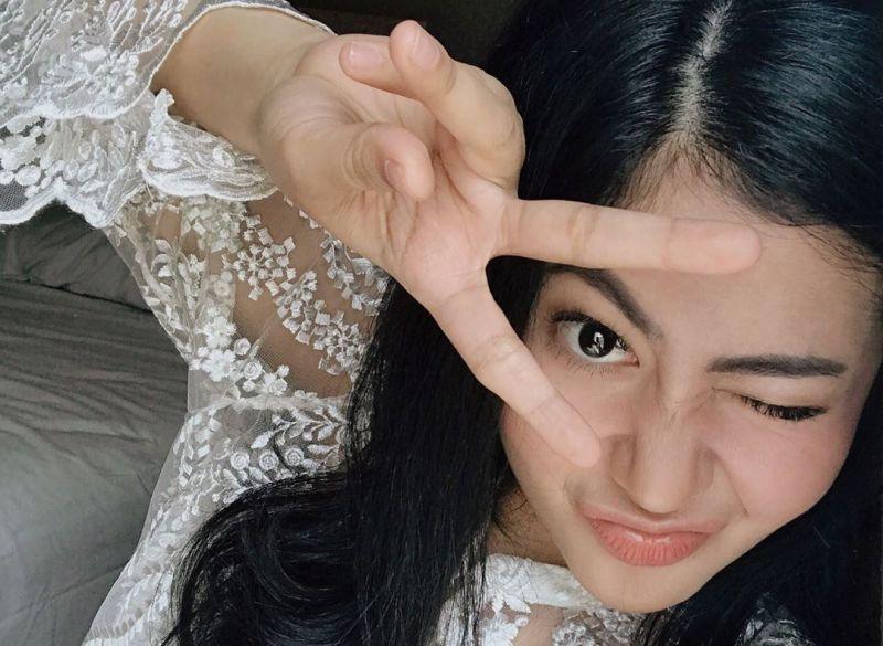 https: img.okeinfo.net content 2019 08 06 194 2088468 5-gaya-ootd-monokrom-ala-penyanyi-cantik-thavita-j5tppwmArp.jpg