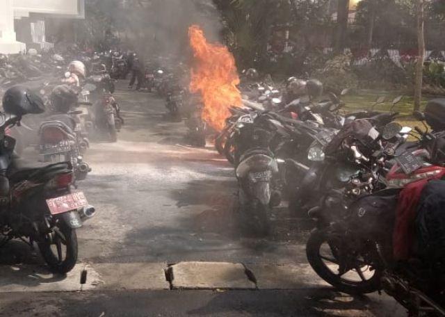 https: img.okeinfo.net content 2019 08 07 338 2088933 polisi-pastikan-ledakan-di-kantor-kemenlu-karena-motor-terbakar-VbFeRz8w5x.jpg
