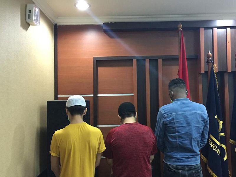 https: img.okeinfo.net content 2019 08 08 338 2089322 3-wna-dan-2-perempuan-indonesia-ditangkap-satpol-pp-dalam-keadaan-nyaris-bugil-ZN38lhfuKE.jpg