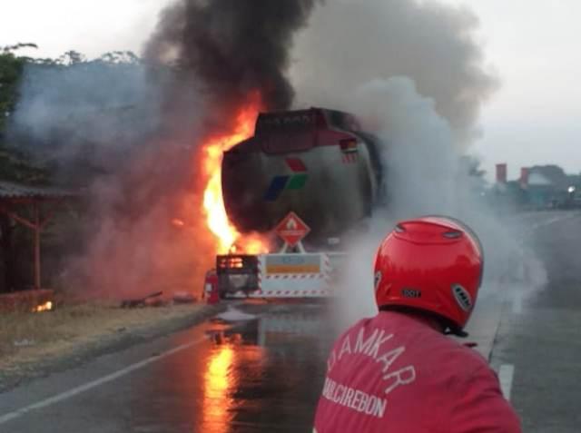 https: img.okeinfo.net content 2019 08 10 525 2090158 truk-tangki-pertamina-berisi-24-ribu-liter-bbm-terbakar-di-pantura-I525umyAqN.jpg