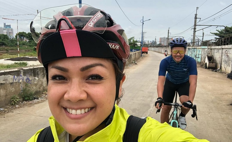 https: img.okeinfo.net content 2019 08 11 33 2090375 naik-sepeda-dari-jakarta-ke-bali-nirina-zubir-dan-ernest-syarif-tidur-di-jalan-hingga-warung-fEjDY722uy.jpg