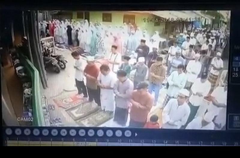 https: img.okeinfo.net content 2019 08 11 338 2090499 viral-salat-idul-adha-bubar-gara-gara-emak-emak-teriak-sapi-lepas-5HzRdFnYSV.jpg