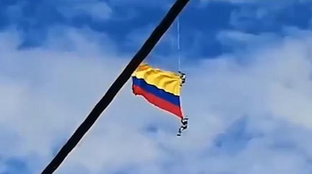 https: img.okeinfo.net content 2019 08 12 18 2090922 detik-detik-dua-prajurit-kolombia-jatuh-saat-kibarkan-bendera-menggunakan-helikopter-j9WTm2Gqtu.jpg