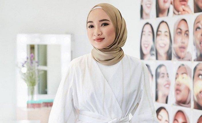 https: img.okeinfo.net content 2019 08 12 617 2090899 tetap-modis-lima-gaya-dan-bahan-hijab-simpel-ini-bisa-ditiru-xSxsNRnl9i.jpg