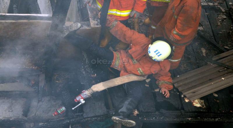 https: img.okeinfo.net content 2019 08 13 338 2091139 rumah-terbakar-di-pondok-bambu-12-unit-damkar-dikerahkan-XmX07WuSJE.jpg