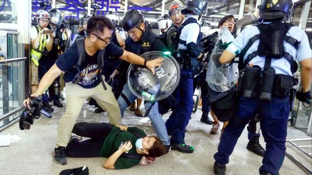 https: img.okeinfo.net content 2019 08 14 18 2091802 china-sebut-aksi-pedemo-di-bandara-hong-kong-seperti-teroris-2ooS3SCkNr.jpg