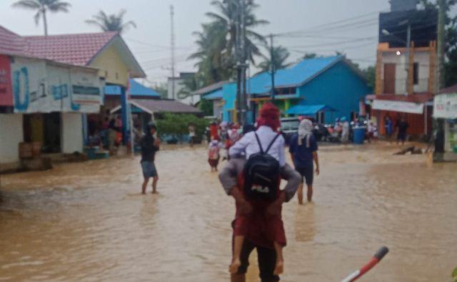 https: img.okeinfo.net content 2019 08 14 340 2091807 banjir-rendam-puluhan-rumah-di-dusun-mamolo-nunukan-a4zqwZ8S4i.jpg