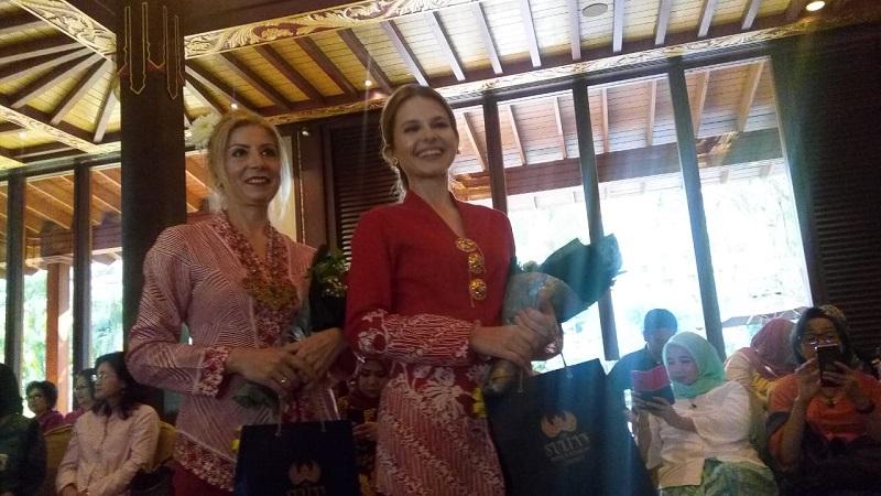 https: img.okeinfo.net content 2019 08 15 194 2092146 cantiknya-istri-para-dubes-luar-negeri-pakai-batik-merah-putih-di-catwalk-6mLK2BJqHN.jpg