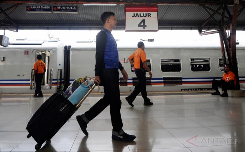 https: img.okeinfo.net content 2019 08 15 510 2092112 pt-kai-gratiskan-tiket-kereta-api-lokal-dan-perintis-saat-hut-ke-74-ri-CNav2MEflT.jpg
