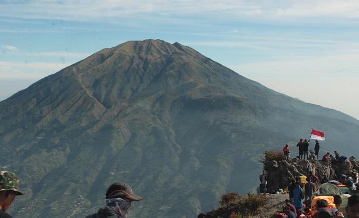 https: img.okeinfo.net content 2019 08 16 512 2092968 rayakan-hut-ke-74-ri-ribuan-pendaki-padati-puncak-gunung-merbabu-ShifO9lwr3.JPG