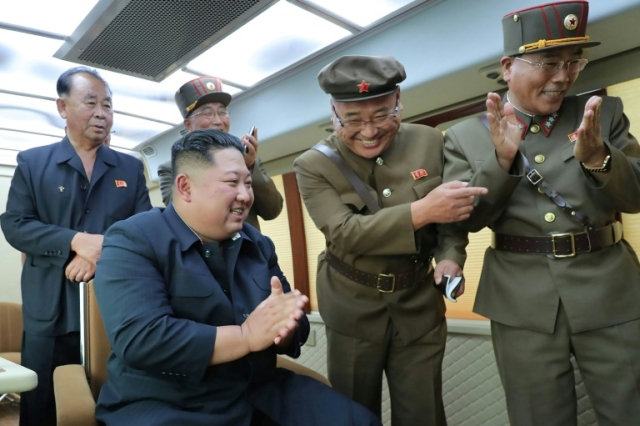 https: img.okeinfo.net content 2019 08 17 18 2093211 kim-jong-un-monitor-langsung-peluncuran-senjata-baru-korea-utara-Mcmkuk24MZ.jpg