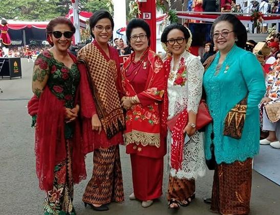 https: img.okeinfo.net content 2019 08 17 320 2093210 berkacamata-hitam-ini-potret-susi-pudjiastuti-bersama-istri-menteri-di-istana-9YAyUXjTQR.png