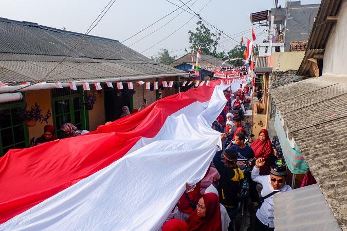 https: img.okeinfo.net content 2019 08 17 338 2093350 rayakan-hut-ri-warga-tangerang-bentangkan-bendera-merah-putih-sepanjang-74-meter-PmAvgeynYW.jpg