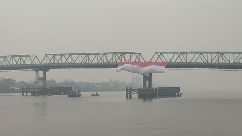 https: img.okeinfo.net content 2019 08 17 340 2093141 hut-ke-74-ri-bendera-merah-putih-raksasa-berkibar-di-atas-sungai-terpanjang-di-indonesia-Utpnh976FV.jpg