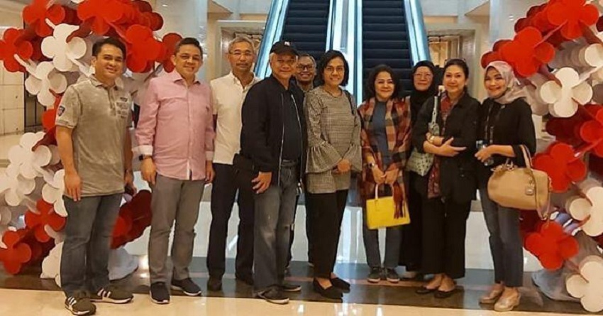 https: img.okeinfo.net content 2019 08 18 320 2093517 senyum-sumringah-sri-mulyani-nonton-bioskop-bareng-suami-LTPRvOdCLd.jpeg