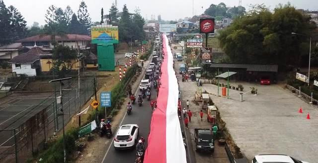 https: img.okeinfo.net content 2019 08 18 338 2093410 ribuan-warga-puncak-arak-bendera-merah-putih-sepanjang-400-meter-q3focr3XwH.jpg