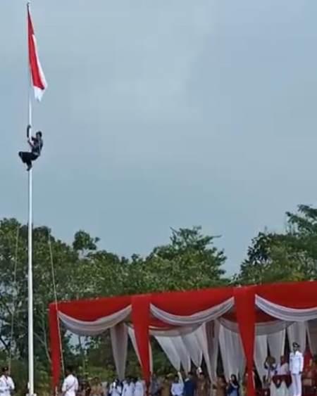 https: img.okeinfo.net content 2019 08 18 340 2093361 tali-tersangkut-warga-panjat-tiang-bendera-saat-upacara-hut-ri-BiTbFlAhpg.jpg