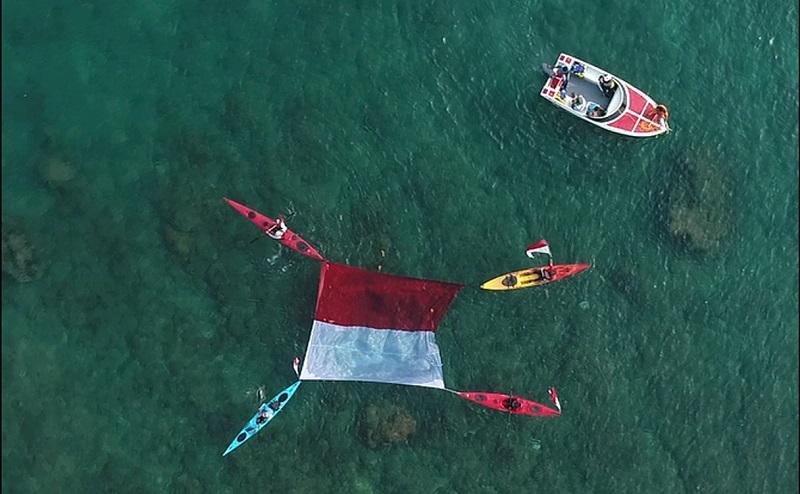 https: img.okeinfo.net content 2019 08 18 406 2093388 uniknya-pengibaran-merah-putih-di-darat-laut-dan-udara-di-tanjung-lesung-V7XIXlETNM.jpg