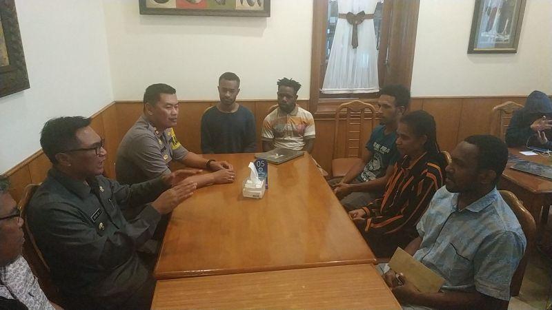 https: img.okeinfo.net content 2019 08 20 519 2094257 bertemu-wakil-wali-kota-malang-mahasiswa-papua-kami-nyaman-dan-aman-di-sini-LMqO7g8DzR.jpg