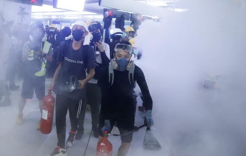 https: img.okeinfo.net content 2019 08 22 18 2095183 demonstran-hong-kong-bentrok-dengan-polisi-tuntut-pelaku-serangan-di-stasiun-kereta-diusut-jYCFLLN8W9.jpg