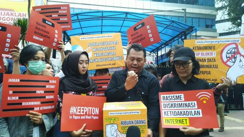 https: img.okeinfo.net content 2019 08 23 54 2095769 pemerintah-diminta-cabut-pemblokiran-internet-di-papua-dan-papua-barat-0fkAreoyqN.jpg