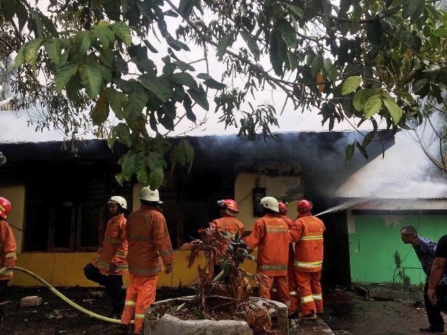 https: img.okeinfo.net content 2019 08 24 338 2096128 kebakaran-melanda-rumah-dinas-di-kampus-iisip-lenteng-agung-0sKhVLdLFO.jpg