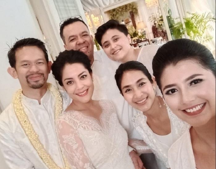 https: img.okeinfo.net content 2019 08 25 194 2096459 resmi-menikah-intip-cantiknya-lulu-tobing-dengan-kebaya-bernuansa-putih-iJf6ZbN0c9.jpg