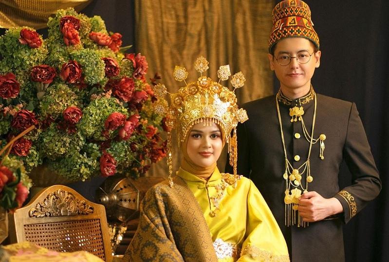 https: img.okeinfo.net content 2019 08 25 33 2096483 surat-ar-rahman-hadiah-pernikahan-roger-danuarta-untuk-cut-meyriska-YhSNx6Z7u6.jpg