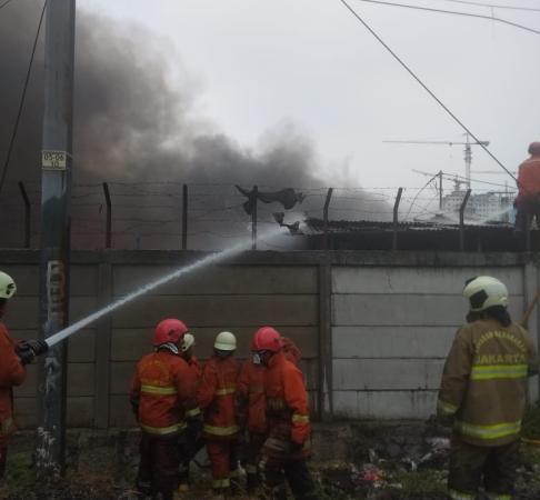 https: img.okeinfo.net content 2019 08 28 338 2097772 16-unit-damkar-padamkan-kebakaran-di-permukiman-dekat-stasiun-rawa-buaya-nRSfibWlNz.jpg