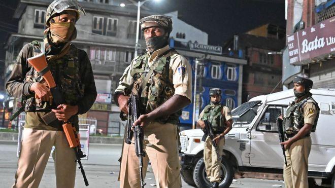 https: img.okeinfo.net content 2019 08 30 18 2098502 tentara-india-dituduh-aniaya-warga-kashmir-dengan-tongkat-dan-setrum-listrik-sRmG1JigUd.jpg