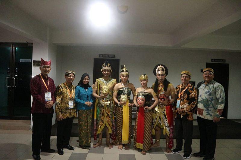 https: img.okeinfo.net content 2019 08 30 65 2098495 delegasi-fib-uns-raih-penampil-budaya-terbaik-di-malaysia-VkxP2v2bjC.jpg
