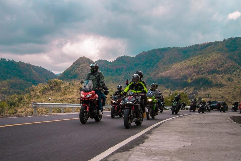 https: img.okeinfo.net content 2019 08 31 199 2098948 touring-sejauh-1-230-km-ratusan-bikers-kampanyekan-safety-riding-di-jalan-OSLGpjQeRv.jpg