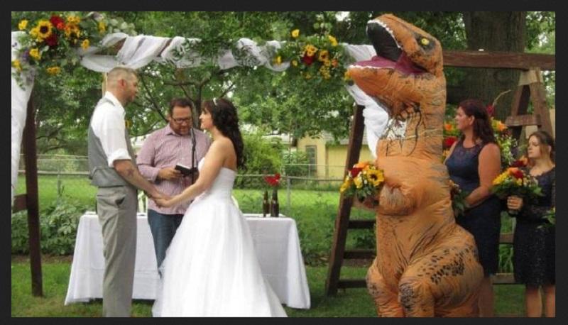 https: img.okeinfo.net content 2019 09 04 194 2100644 kisah-viral-mempelai-wanita-didampingi-t-rex-saat-menikah-sAclrtYdQt.jpg
