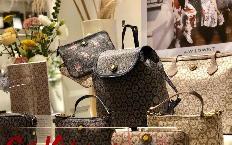 https: img.okeinfo.net content 2019 09 04 194 2100770 tak-terlalu-girly-begini-maksimalkan-tampilan-tas-dengan-all-pattern-floral-4xSQ8niPiH.jpeg
