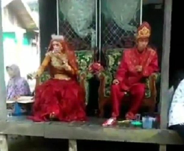 https: img.okeinfo.net content 2019 09 05 612 2101231 viral-video-pengantin-perempuan-lebih-garang-daripada-lakinya-KkZgwpbIIS.jpg