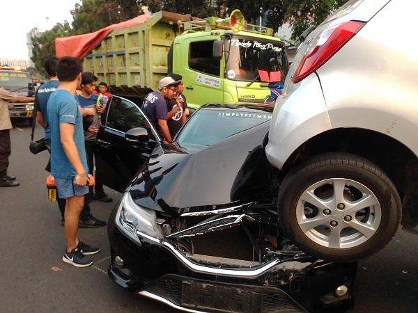 https: img.okeinfo.net content 2019 09 06 338 2101558 kecelakaan-beruntun-di-bintaro-polisi-duga-sopir-truk-ngantuk-BHIhxd0DQJ.jpg