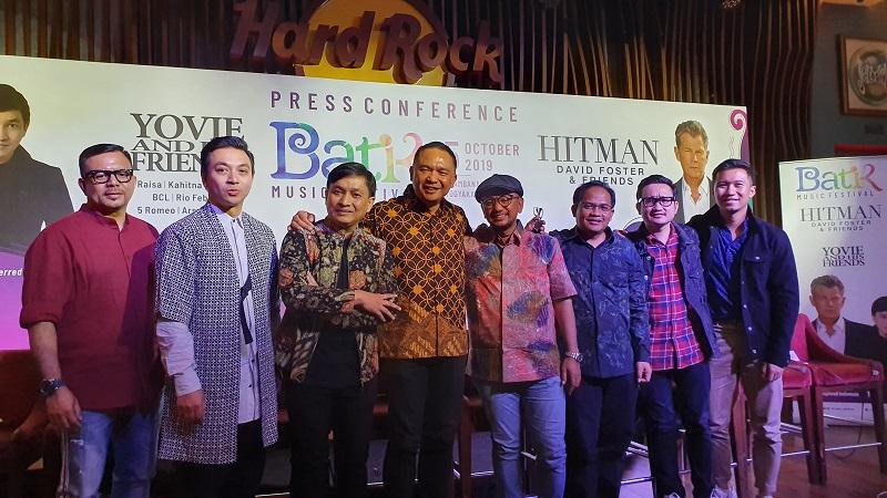 https: img.okeinfo.net content 2019 09 08 205 2102238 david-foster-vs-yovie-widianto-di-batik-music-festival-2019-6cy1n4fLBz.jpg