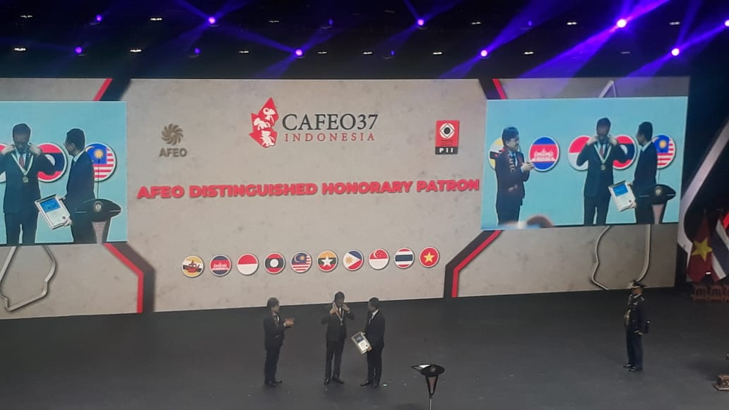 https: img.okeinfo.net content 2019 09 11 320 2103374 presiden-jokowi-raih-penghargaan-the-afeo-distinguished-honorary-patron-award-CbvRZY7w9p.jpeg