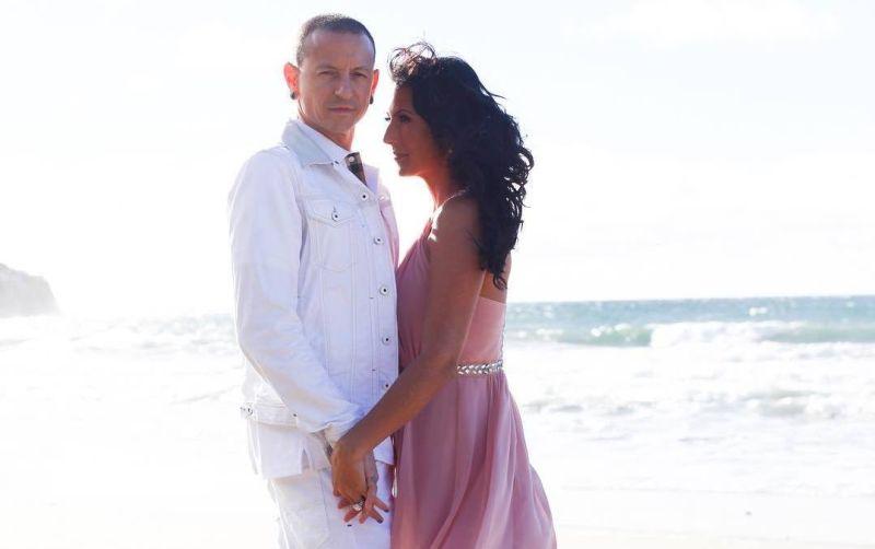 https: img.okeinfo.net content 2019 09 11 33 2103473 2-tahun-pasca-kematian-chester-bennington-sang-istri-umumkan-pertunangan-7tzFgcKOuH.jpg