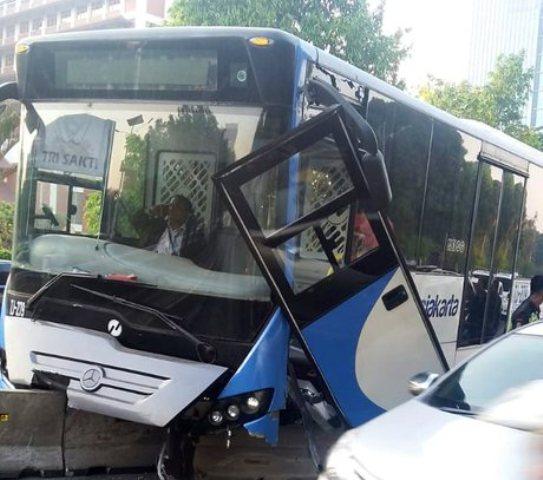 https: img.okeinfo.net content 2019 09 11 338 2103282 bus-transjakarta-hantam-separator-beton-di-jalan-s-parman-jakbar-rqSLtYlaSd.jpg