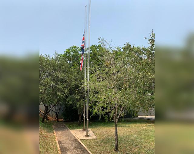 https: img.okeinfo.net content 2019 09 12 18 2103920 bj-habibie-wafat-kedubes-inggris-kibarkan-bendera-setengah-tiang-AhXQCV1C0T.jpg
