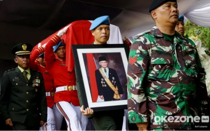 https: img.okeinfo.net content 2019 09 13 18 2104298 berbelasungkawa-trump-sebut-habibie-contoh-luhur-tekad-dan-kreativitas-indonesia-uPqFGEldfv.jpg
